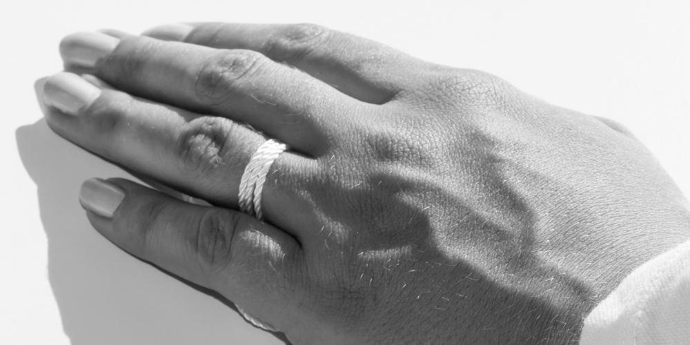 Snoren vikles om fingeren